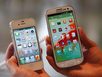 Apple's iPhone 4s and Samsung's Galaxy S III.(REUTERS / Lee Jae Won)