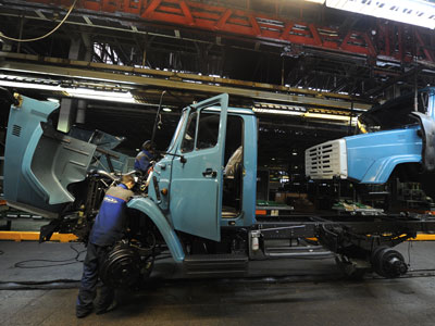 Work on the assembly line at the I.A. Likachev factory.(RIA Novosti / Alexey Filippov)