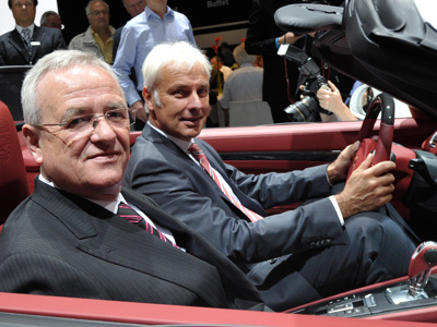 Volkswagen AG CEO and Porsche Automobil Holding SE CEO Martin Winterkorn (front) and Porsche AG CEO Matthias Mueller pose with a Porsche 911 during the annual general meeting of Porsche Automobil Holding SE in Stuttgart (AFP Photo/Thomas Kienzle)