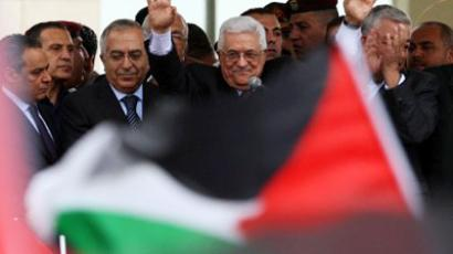Palestinian president Mahmud Abbas waves to thousands of cheering Palestinians as they welcome their president at his Ramallah headquarters on September 25, 2011, upon his return from delivering a historic UN membership bid (AFP Photo / ABBAS MOMANI)