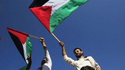 Palestinians wave their national flag (AFP Photo / MOHAMMED ABED)