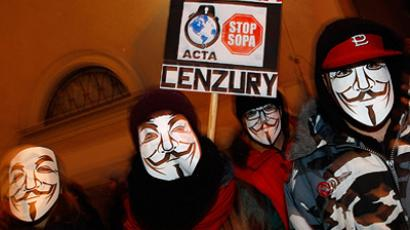 Demonstrators in masks protest against Poland's government plans to sign ACTA in front of the EU office in Warsaw (REUTERS/Peter Andrews)