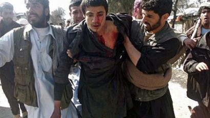 Mihtarlam: Afghan demonstrators help a wounded man during a protest against Koran desecration (AFP Photo / Waseem Nikzad)