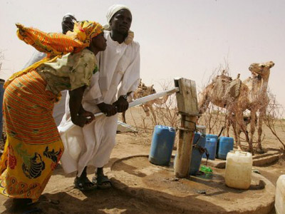 Sudanese internally displaced people (IDPs) pump water at the Gallab camp, south of Al-Fasher, the capital of Northern Darfur (AFP Photo / Ramzi Haidar)