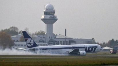 A LOT Polish airlines Boeing 767 flying from New York makes an emergency landing at Warsaw's airport on November 1, 2011 (AFP Photo / Wojtek Radwanski)