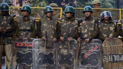 Indian policewomen in riot gear stand watch at Jantar Mantar following following weekend clashes between demonstrators and police in New Delhi on December 24, 2012. (AFP Photo / Sajjad Hussain)