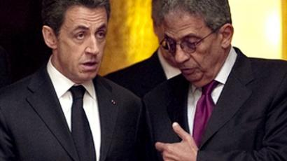 France's president Nicolas Sarkozy (L) speaks to Secretary-General of the Arab League Amr Moussa of Egypt (R) on March 19, 2011 (AFP Photo Pool / Lionel Bonaventure)