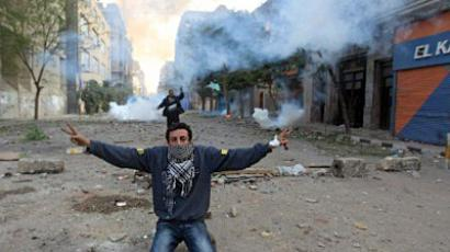 Egypt, Cairo : An Egyptian protester shows the V-sign for victory during clashes with riot police at Cairo's landmark Tahrir Square on November 20, 2011. (AFP Photo / Khaled Desouki)