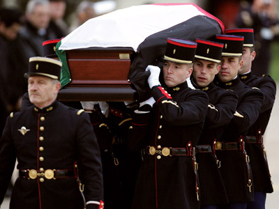 The body of Palestinian leader Yasser Arafat is carried by French Gardes Republicains during a ceremony of hommage, 11 November 2004 at Villacoublay military airport. (AFP Photo/Franck Fife)