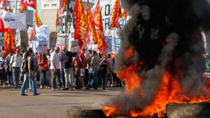 Demonstrators block the Pueyrredon Bridge during a one-day nationwide strike in Buenos Aires November 20, 2012 (Reuters / Enrique Marcarian)