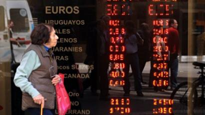 Argentina, Buenos Aires : A woman passes in front of the window of an exchange in downtown Buenos Aires on October 28, 2011. (AFP Photo / Danniel Garcia)