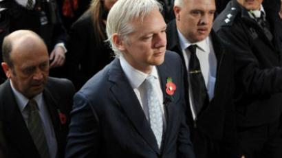 WikiLeaks founder Julian Assange (C) arrives at London's High Court on November 2, 2011 (AFP Photo / BEN STANSALL)