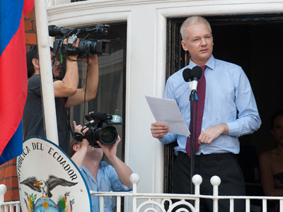 Julian Assange addresses the media and his supporters from the balcony of the Ecuadorian Embassy in London on August 19, 2012 (AFP Photo / Will Oliver)