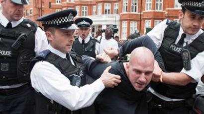 The Metropolitan Police arrest a supporter of WikiLeaks founder Julian Assange outside the Ecuadorian Embassy in London on August 16, 2012  (AFP Photo/Will Oliver)