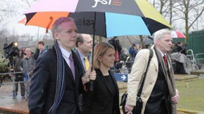 Julian Assange (L) arrives with his lawyer Jennifer Robinson (C) and WikiLeaks spokesman Kristinn Hrafnsson (AFP Photo / Carl Court)