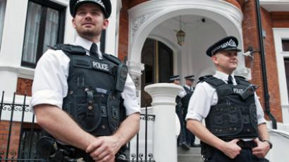 The Metropolitan Police stands guard outside the Ecuadorian Embassy in London (AFP Photo/Will Ooliver)