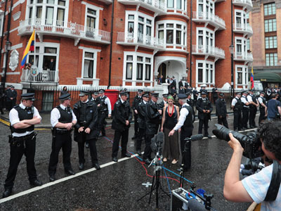 Police and media members wait on August 19, 2012 for Wikileaks founder Julian Assange to address the press and his supporters from the balcony of the Ecuadorian Embassy in London. (AFP Photo / Carl Court)