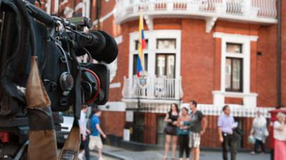 A television camera points at the Ecuadorian Embassy in London.(AFP Photo / Will Oliver)