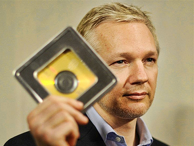 London : WikiLeaks founder Julian Assange holds a CD containing data given by former Swiss banker Rudolf Elmer. (AFP Photo / Ben Stansall)