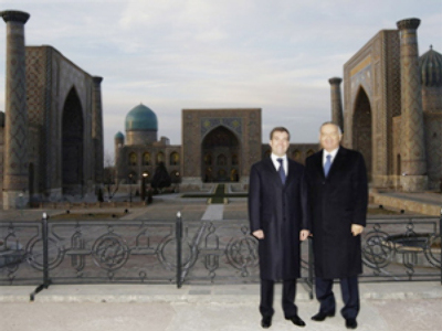 Russian President Dmitry Medvedev (L) and Uzbek President Islam Karimov (AFP Photo / Dmitry Astakhov)