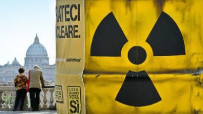 Italy, Rome: People look on next to a giant mock nuclear waste barrel built by Greenpeace anti-nuclear activists on Pincio hill in Rome on June 10, 2011 (AFP Photo / Andreas Solaro)