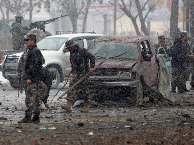 Afghan security forces investigate at the site of a car bomb attack in Kabul January 16, 2013 (Reuters / Mohammad Ismail)
