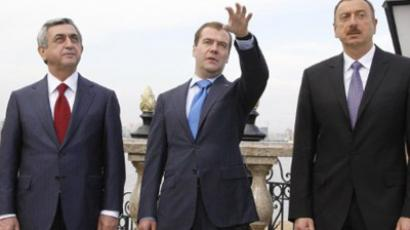Dmitry Medvedev (C), Serzh Sarkisian (L) and  Ilham Aliyev (AFP Photo / RIA Novosti / Kremlin Pool / Dmitry Astakhov)