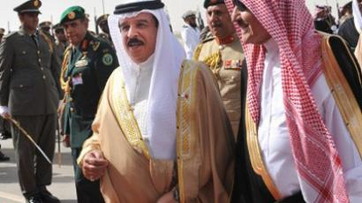 The governor of Riyadh, Prince Sattam bin Abdul Aziz (R), welcomes Bahrain's King Hamad bin Issa al-Khalifa (C) at the Saudi capital's main airbase ahead of the Gulf Cooperation Council (GCC) summit on May 14, 2012 (AFP Photo / Fayez Nureldine)
