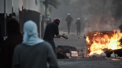 Shiite Bahraini protestors clash with security forces following a rally to mark the second anniversary of an uprising in the Sunni-ruled kingdom of Bahrain, on February 14, 2013 in the village of Sanabis, West of the capital Manama (AFP Photo / Mohammed Al - Shaikh)