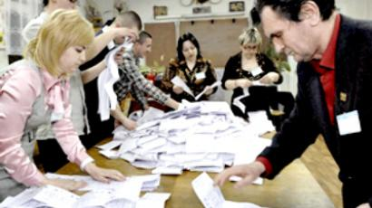 Members of a local voting commission count ballots in Chisinau on April 5, 2009 (AFP Photo / Vadim Denisov)