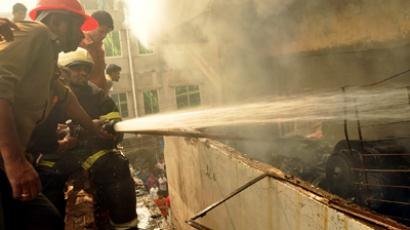 Bangladeshi firefighters try and control a fire that broke out at a garment factory on the outskirts of Dhaka on November 26, 2012 (AFP Photo / Str)