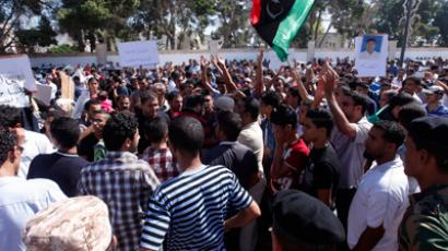 Protesters from Bani Walid shout slogans during a demonstration against the decision of the National Congress besieging the city of Bani Walid, in front of the National Congress in Tripoli October 7, 2012 (Reuters / Ismail Zitouny)