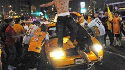 Los Angeles Lakers fans (AFP Photo / Mark Ralston)
