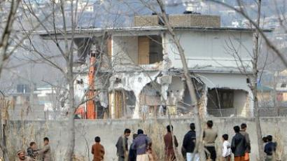 Abbottabad: Local residents watch ongoing demolition of the compound where Al-Qaeda chief Osama Bin Laden was slain last year in the northwestern town of Abbottabad on February 26, 2012 (AFP Photo / Aamir Qureshi)