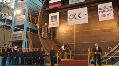 Vladimir Putin (R) speaks at the ceremony of laying the strategic submarine Knyaz Vladimir (RIA Novosti / Aleksey Nikolskyi)