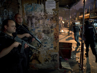 Hundreds of police storm Brazilian slums (PHOTOS)