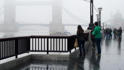 Dense fog hides Tower Bridge in central London, England (AFP Photo / Leon Neal)