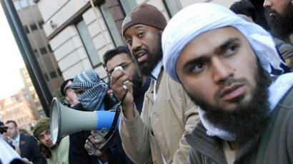 UNITED KINGDOM, London : Abu Izzadeen, (2nd R) also known as Omar Brooks, addresses Muslim protestors outside the Old Bailey Courts in central London (AFP Photo / Bertrand Langlois)