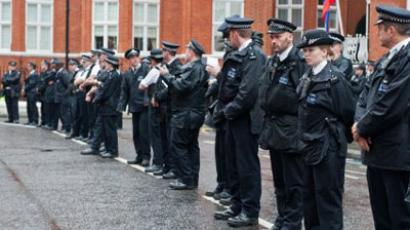 UNITED KINGDOM, London : Metropolitan police officers stand outside the Ecuadorian Embassy in London. (AFP Photo / Will Oliver)