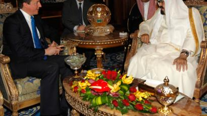 Saudi Arabia's King Abdullah (R) meets British Prime Minister David Cameron (L) in Riyadh January 13, 2012 (Reuters / Fahad Shadeed)