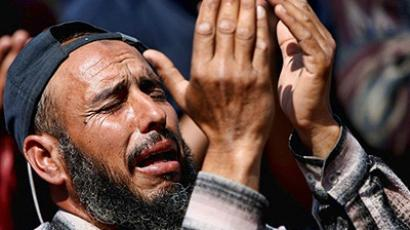 Libya: A Libyan man pleads to God during the Friday noon prayer in Benghazi on April 15, 2011 (AFP Photo / Marwan Naamani)