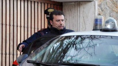 Costa Concordia cruise liner captain Francesco Schettino (R) is escorted by an Italian policeman in Grosseto on January 14, 2012 (AFP Photo / ENZO RUSSO)