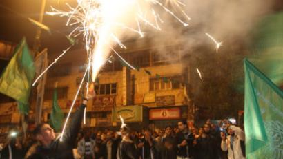 Palestinians celebrate the beginning of the truce with Israel in Rafah town in the southern Gaza Strip on November 21, 2012 (AFP Photo / Said Khatib)