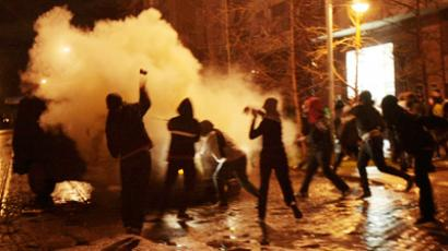 Police teargas Chilean youth demanding education (VIDEO)
