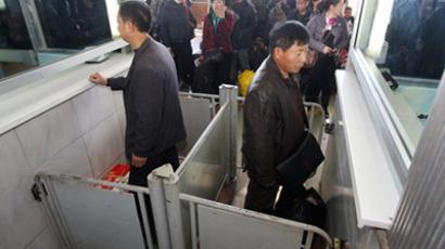 Chinese passing through customs control in Blagoveshchensk. (RIA Novosti / Vitaliy Ankov)