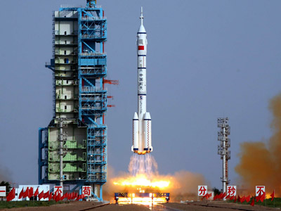 This file photo taken on June 16, 2012 shows the Shenzhou-9 -- China's fourth manned space mission -- blasting off from the Jiuquan space base, in northwest China's Gansu province in the remote Gobi desert. (AFP Photo)