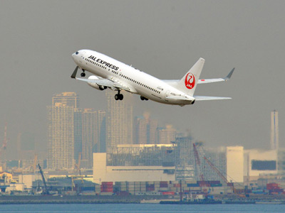 A Japan Airlines (JAL) Boeing 737-800 series jet liner takes off from Tokyo's Haneda airport on February 4, 2013 (AFP Photo / Yoshikazu Tsuno)