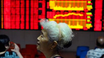 Chinese investors check their stock prices at a securities firm in Hefei, east China's Anhui province on July 7, 2011 (China Out / AFP Photo)