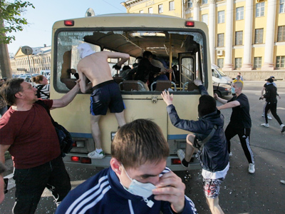 A bus carrying gay activists is attacked in St.Petersburg (PHOTO: Valentin Ilyushin, http://www.baltinfo.ru/)