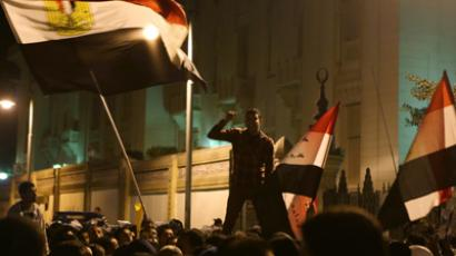 Egyptian protesters break through barricades outside Morsi's palace (PHOTOS)